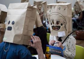 Nouveau : le speedating avec des sacs en papier sur la tête