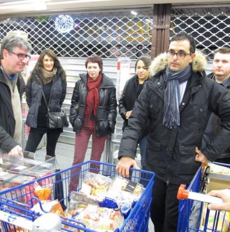 Arash Derambarsh distrubue des produits invendus aux pauvres